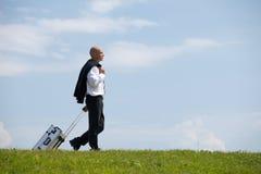 Багаж нося бизнесмена в парке Стоковая Фотография RF