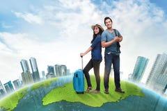 Багаж нося молодых азиатских пар путешественника Стоковое Изображение RF