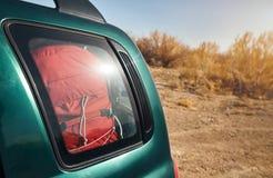 Багаж путешественника в багажнике автомобиля стоковые фото