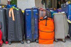 Багаж состоя из больших рюкзаков чемоданов и перемещение кладут в мешки Стоковое фото RF