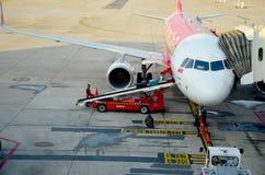 Багаж тайских людей нагружая к кладовой самолета Стоковые Изображения RF