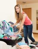Багаж упаковки девушки Стоковое Изображение RF