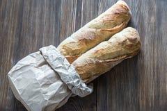 2 багета на деревянной предпосылке Стоковое Фото