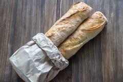 2 багета на деревянной предпосылке Стоковые Фото
