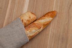 2 багета обернутого в linen салфетке Стоковые Изображения