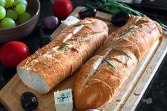 2 багеты и ингридиента хлеба на деревянной разделочной доске Стоковые Фото