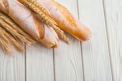 2 багеты и уш пшеницы на старой белизне Стоковые Изображения RF