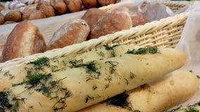 Багет с сыром и чесноком сток-видео