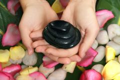 базальт вручает камни удерживания стоковая фотография rf