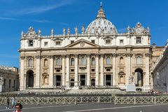 Базилика ` s квадрата и St Peter ` s St Peter посещения туристов в Риме, Ватикане, Италии Стоковые Фото