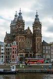 Базилика St Nicholas главная католическая церковь в старом разбивочном районе и типичных голландских домах, Амстердаме, Нидерланд стоковые изображения rf