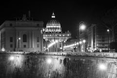Базилика St Peter в этом взгляде ночи от моста Angelo ` Sant rome стоковая фотография
