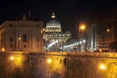 Базилика St Peter на Ватикане, увиденная от моста ` Angelo Sant rome стоковые фото