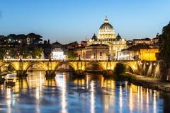 """Базилика St Peters в Ватикане и мост Ponte Sant """"Angelo над рекой Тибра на сумраке Романтичный выравниваясь городской пейзаж Рима стоковое изображение"""