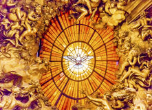 Базилика Ватикан Рим i ` s St Peter святого духа Bernini трона Стоковые Изображения RF