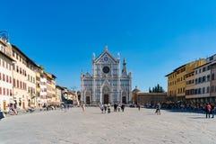 Базилика и квадрат Santa Croce с туристами и locals стоковое изображение rf