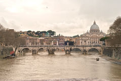 Базилика Сан Питер. Мост Анджела Святого и река Тибра Стоковые Фотографии RF