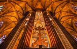 Собор b Барселона перекрестных колонок ангелов каменных готский католический Стоковая Фотография RF