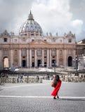 Базилика St Peter Сан Pietro в Ватикане, с красным шарфом в фронте, Рим Стоковые Фотографии RF