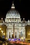 Базилика St Peters в Риме, Италии с рождественской елкой st vatican peter rome s фонтана города bernini базилики предпосылки квад Стоковые Изображения
