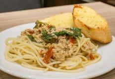 Базилик свинины спагетти пряный Стоковое фото RF