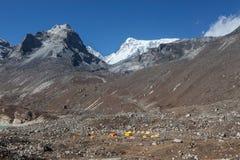 Базовый лагерь в высоких гималайских горах, Эверест Стоковая Фотография