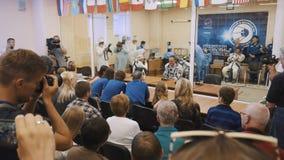 БАЙКОНУР, КАЗАХСТАН - JULE 28: 3 реальных космонавта в реальном маштабе времени идут к ракете, говорят до свидания к толпе людей, видеоматериал
