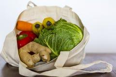 Бакалеи в сумке eco многоразовой Нул отходов, пластиковая свободная концепция стоковая фотография
