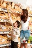 бакалея мальчика меньшяя женщина магазина покупкы стоковые фотографии rf