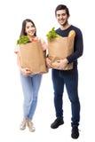 Бакалеи привлекательных молодых пар покупая Стоковое Изображение RF