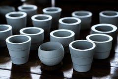 Баки белой глины керамические засаживая Стоковая Фотография RF