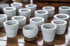 Баки белой глины керамические засаживая Стоковые Изображения