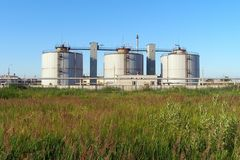 Баки для хранения метана на объекте обработки сточных вод, Yaroslavl, России Стоковая Фотография