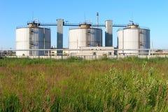Баки для хранения метана на объекте обработки сточных вод, Yaroslavl, России Стоковые Фотографии RF