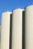 баки для хранения неба рафинадного завода синего масла Стоковая Фотография