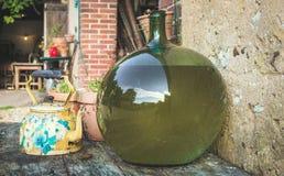 Баки и вазы на таблице Стоковая Фотография