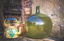 Баки и вазы на таблице Стоковая Фотография RF