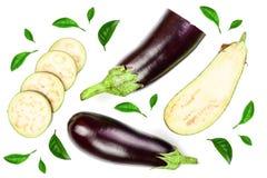 Баклажан или aubergine изолированные на белой предпосылке украшенной с зелеными листьями Взгляд сверху Плоская картина положения Стоковые Фото