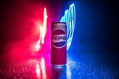 БАКУ, АЗЕРБАЙДЖАН - 20,2019 -ГО АПРЕЛЬ: Пепси может против темной тонизированной туманной предпосылки Пепси carbonated безалкогол стоковые изображения