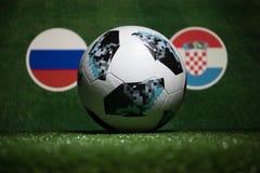 БАКУ, АЗЕРБАЙДЖАН - 4-ОЕ ИЮЛЯ 2018: Творческая концепция Должностное лицо Россия шарик футбола 2018 кубков мира Adidas Телстар 18 стоковые изображения