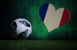 БАКУ, АЗЕРБАЙДЖАН - 8-ОЕ ИЮЛЯ 2018: Творческая концепция Должностное лицо Россия шарик футбола 2018 кубков мира Adidas Телстар 18 Стоковое Изображение RF