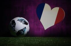 БАКУ, АЗЕРБАЙДЖАН - 8-ОЕ ИЮЛЯ 2018: Творческая концепция Должностное лицо Россия шарик футбола 2018 кубков мира Adidas Телстар 18 Стоковые Изображения
