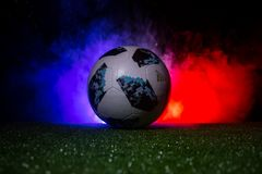 БАКУ, АЗЕРБАЙДЖАН - 12-ОЕ ИЮЛЯ 2018: Творческая концепция Должностное лицо Россия шарик футбола 2018 кубков мира Adidas Телстар 1 Стоковая Фотография RF