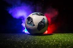 БАКУ, АЗЕРБАЙДЖАН - 12-ОЕ ИЮЛЯ 2018: Творческая концепция Должностное лицо Россия шарик футбола 2018 кубков мира Adidas Телстар 1 Стоковые Фотографии RF