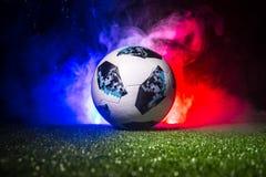 БАКУ, АЗЕРБАЙДЖАН - 12-ОЕ ИЮЛЯ 2018: Творческая концепция Должностное лицо Россия шарик футбола 2018 кубков мира Adidas Телстар 1 Стоковые Изображения RF