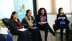 БАКУ, АЗЕРБАЙДЖАН - 25-ОЕ МАЯ 2016: Бизнес-группа людей присутствуя на воспитательном представлении акции видеоматериалы