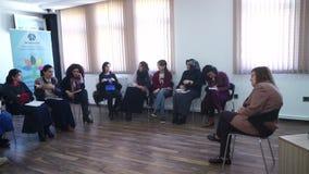 БАКУ, АЗЕРБАЙДЖАН - 25-ОЕ МАЯ 2016: Бизнес-группа людей присутствуя на воспитательном представлении сток-видео