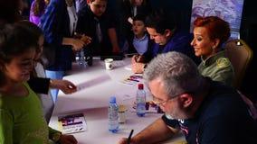 БАКУ, АЗЕРБАЙДЖАН - 17-ОЕ МАЯ 2016: Общественный имитатор гоночной машины на Феррари F1 с большой аудиторией на экспо настраивая  акции видеоматериалы