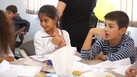 БАКУ, АЗЕРБАЙДЖАН, 16-ОЕ ОКТЯБРЯ 2016: Люди с детьми создают объекты искусства в малой комнате видеоматериал
