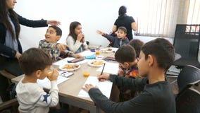БАКУ, АЗЕРБАЙДЖАН, 16-ОЕ ОКТЯБРЯ 2016: Люди с детьми создают объекты искусства в малой комнате сток-видео